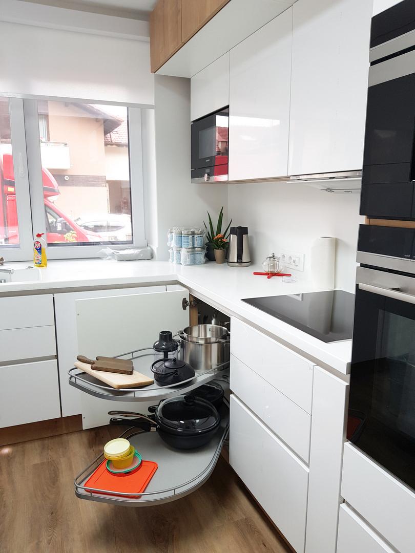 Referință - Bucătărie modernă Nobilia Touch - Alb alpin / compozit