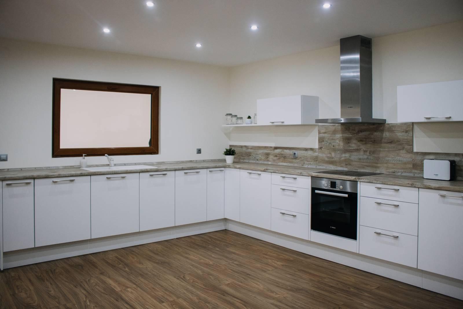 Referință - Bucătărie modernă Nobilia Touch - Alb alpin / Stejar Yukon