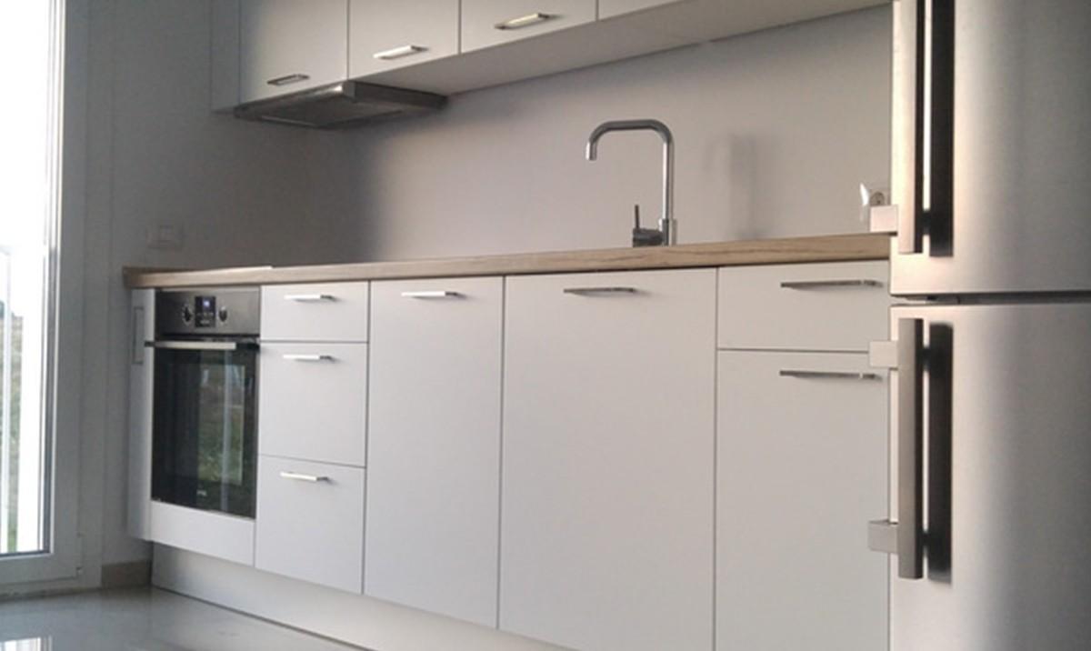 Referință - Bucătărie modernă Nobilia Touch - Alb alpin / Stejar Sanremo