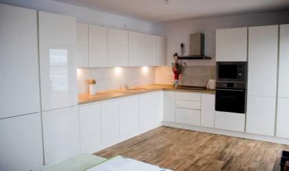 Referință - Bucătărie modernă Nobilia Focus - Stejar Provence / Crem