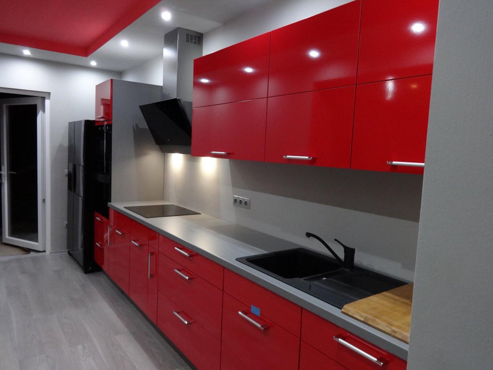 Referință - Bucătărie modernă Nobilia Gloss - Roșu / Gri mineral
