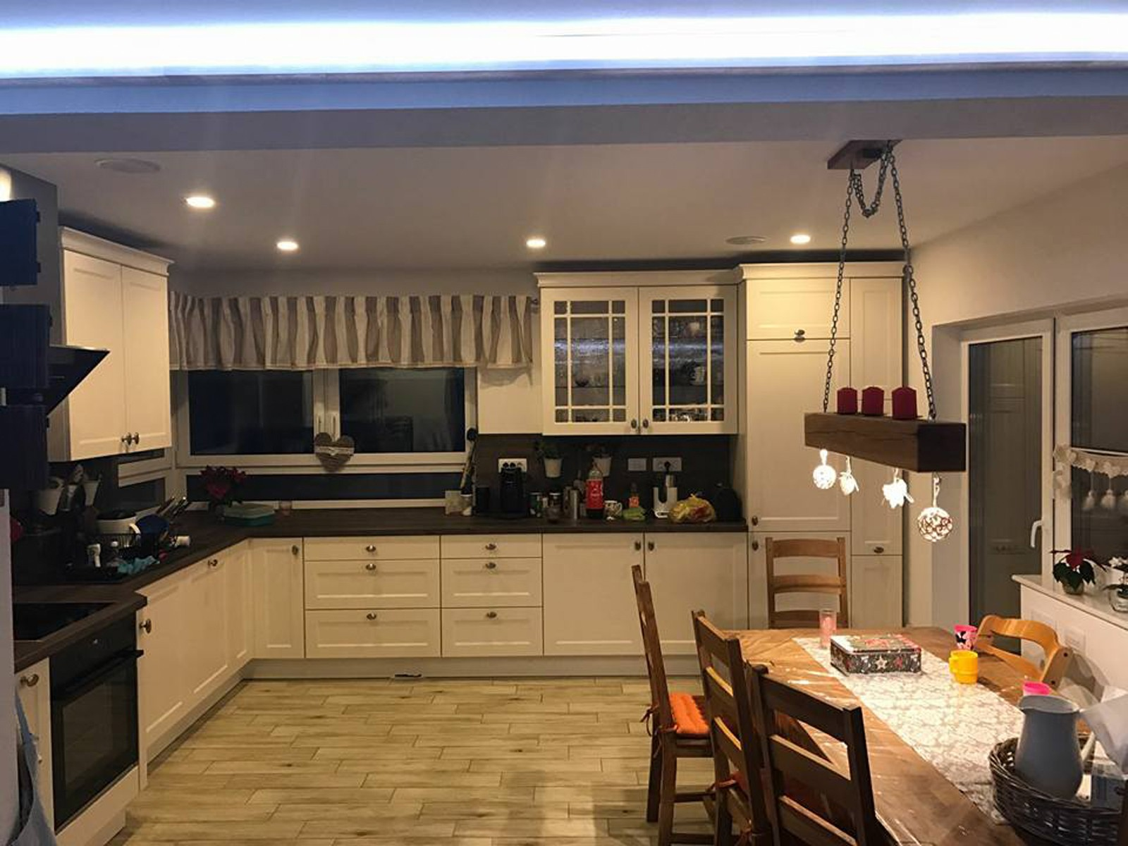 Referință - Bucătărie rustică Nobilia Chalet - Crem, bej / Stejar stem