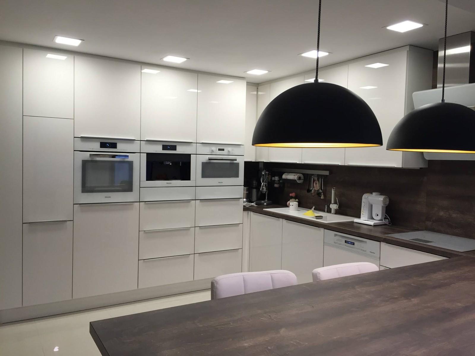 Referință - Bucătărie modernă Nobilia Focus - Alb / Stejar Stem