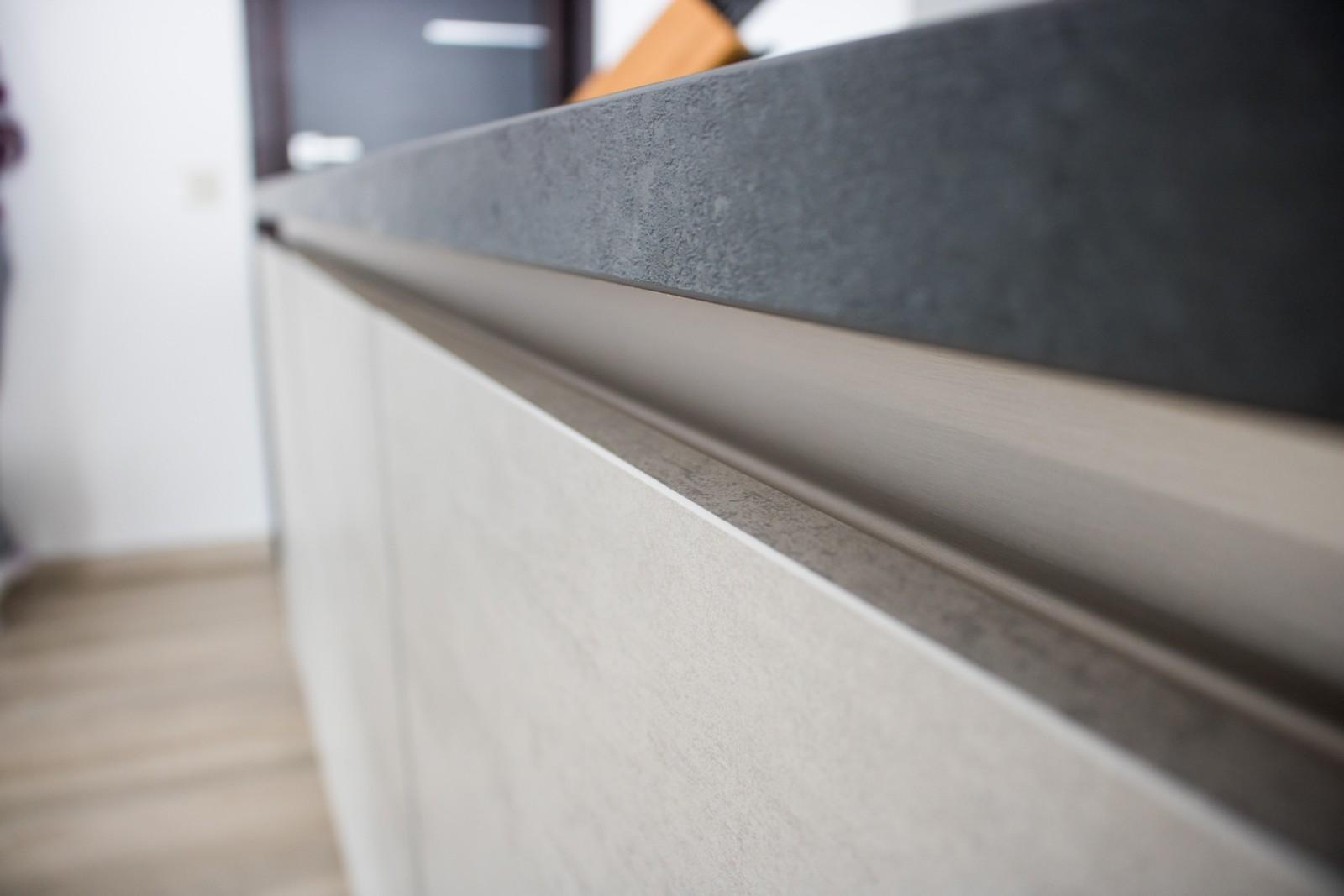 Referință - Bucătărie modernă Nobilia Riva - Beton gri / Oxid decor