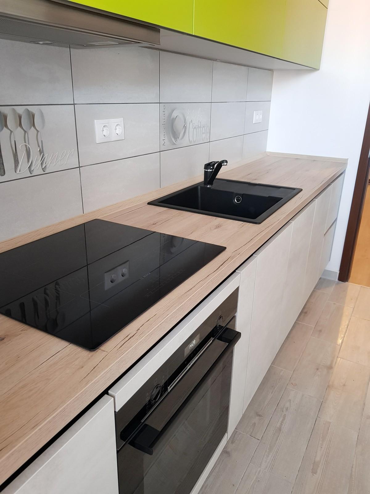 Referință - Bucătărie modernă Nobilia Riva - Beton alb / Verde ferigă